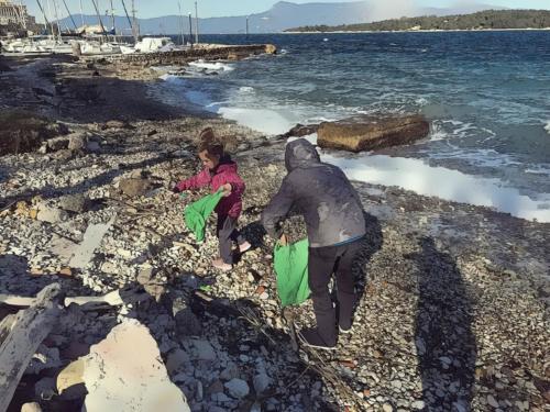 Spiaggia del Mandraki Port, Corfu. Tenere pulito il proprio ambiente è un dovere di tutti..