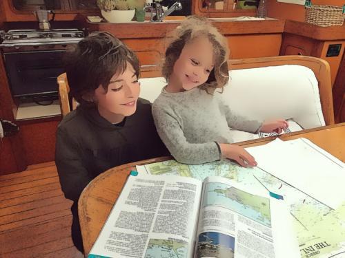 Brindisi. Fratello e sorella studiano la Rotta per la Grecia.